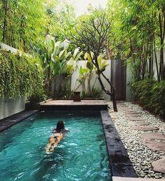 25 ideas para tener una piscina en patios y jardines pequeños Small Inground Pool, Natural Swimming Pools, Small Backyard Pools, Small Pools, Swimming Pools Backyard, Swimming Pool Designs, Pool Landscaping, Backyard Patio, Natural Pools