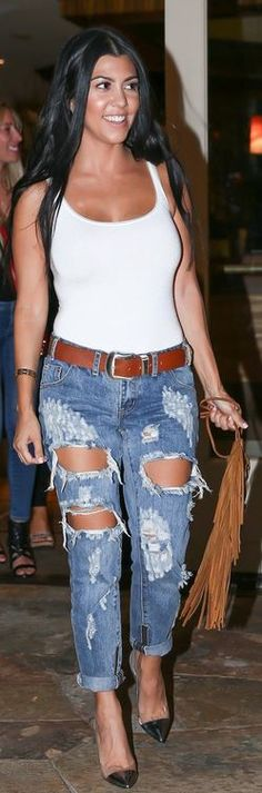 Who made Kourtney Kardashian's blue ripped jeans, silver cap toe pumps, gold jewelry, and brown suede fringe handbag?