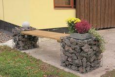 Aus quadratischen Steinkörben lässt sich einiges zusammenwürfeln, was in Deinem Garten ein echter Hingucker sein kann – wie diese #Gabionen-Bank, die Du dir ganz einfach selbst bauen können. #DIY #selberbauen