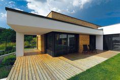 Do detailu sladěná je fasáda – matnou antracitovou barvu mají hliníková okna, oplechování i venkovní žaluzie.