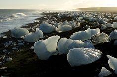 Über einen natürlichen Kanal gelangen kleine Eisbrocken ins offene Meer und...