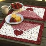 Love these quilted Valentine placemats! Love these quilted Valentine placemats! Table Runner And Placemats, Table Runner Pattern, Quilted Table Runners, Fabric Placemats, Valentines Mugs, Valentine Crafts, Mug Rug Patterns, Quilt Patterns, Small Quilts