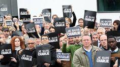 Los compañeros de DW Deutsche Welle en Bonn en muestra de solidaridad con las víctimas de la masacre en Charlie Hebdo.
