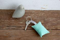 Porte-clés coussin - tissu turquoise clair à petits pois blancs - Fleur de laine