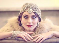 Casco de lujo puro tul adornado con brillantes cristales en un diseño de Art Deco sunburst. Totalmente mano bordada con cientos de brillantes