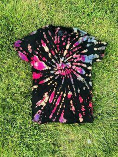 Size: adult medium Style: reverse dyed pocket t shirt Tie Dye Inverse, Reverse Tie Dye, Tye And Dye, How To Tie Dye, Diy Tie Dye Shirts, Diy Shirt, Diy Tank, Tie Dye Crafts, Diy Crafts