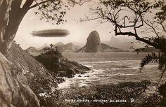 Zepelim sobrevoando a Entrada da Barra da Baía de Guanabara. Vista à partir da cidade de Niterói. Anos de 1930.