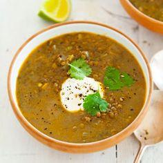 pittige linzen-limoensoep. Verhit de olie in een pan en fruit de uiringen in 5–7 minuten zacht. Voeg de knoflook en specerijen toe en bak ze 2 minuten mee. Voeg de linzen, bouillon en limoenrasp toe; breng alles aan de kook. Laat de soep 40 minuten zachtjes koken, of tot de linzen gaar zijn. Voeg het limoensap toe en serveer de soep met een eetlepel plantaardige yoghurtvariatie en de blaadjes koriander Vegetarian Recipes Dinner, Veggie Recipes, Soup Recipes, Healthy Recipes, I Love Food, Good Food, Yummy Food, Caldo, Homemade Soup