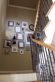 great - notice framed drawings, pages from book, b/w pics with ornate and rustic frames. Just like my sleeve, only on the wall! Style At Home, House Staircase, Staircase Walls, Stairwell Wall, Open Staircase, Frames On Wall, Wall Collage, Family Collage, Empty Frames