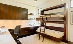 bureau aménagé avec deux lits de mur en bois et modules muraux en bois