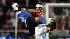 Benfica and Porto treated fans to an electrifying start with four goals in 20 minutes in a 2-2 draw that keeps the Portuguese Premier League title chase wide open.