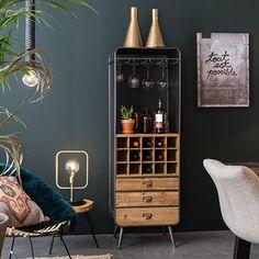 Kast Vino van Dutchbone bewaart alle benodigdheden voor een gezellige avond met vrienden. Wijnkast Vino is ontworpen met een Frans vintage meubel in het achterhoofd, dat we ooit in een restaurant in de Provence hebben gespot. Maar we gaven onze versie een trendy update met draadgaas aan de achterkant. Materiaal: ijzer en hout. Maximale gewichtslading: 50 kg Afmetingen: 157x44x62,5
