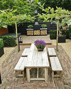 kleine leeftuin met grote tafel en tuinhaard en houtopslag achterin Garden Spaces, Outdoor Rooms, Outdoor Dining, Outdoor Tables, Garden Furniture, Outdoor Furniture Sets, Garden Landscaping, Love Garden, Home And Garden