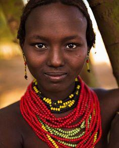 """É tão lindo ver mulheres à frente de projetos inspiradores! A fotógrafa romena Mihaela Noroc passou quatro anos viajando pelo mundo para fotografar mais de 2 mil mulheres. Seu objetivo? Destacar que a beleza verdadeira está justamente nas nossas diferenças. O resultado final você confere no livro """"""""The Atlas of Beauty: Women of the World in 500 Portraits"""" cujos detalhes você descobre agora no link da bio! (Via @marinogueira17)  via GLAMOUR BRASIL MAGAZINE OFFICIAL INSTAGRAM - Celebrity…"""