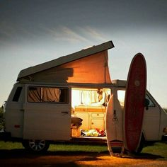 volkswagen camper with surf boards Bus Camper, Vw Caravan, Camper Life, Vw T3 Westfalia, T3 Vw, Volkswagen Bus, Vw Camping, Glamping, Vw California Beach