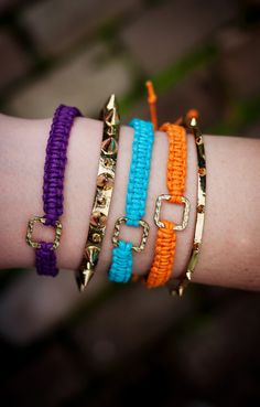 macrame bracelets #SauzaDIY... Can we (and I say that meaning you LOL) do this?