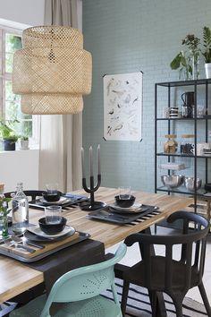Laat je mooie servies zien in een open kast zoals de VITTSJÖ! Je hoeft borden, glazen, vazen en voorraad niet te verbergen achter een keukendeurtje. Door servies te combineren met andere accessoires en opbergers kan je juist jouw persoonlijke stijl laten zien. | STUDIObyIKEA IKEA IKEAnl IKEANederland HowToStyle stylen styling eetkamer blauw groen fabriek fabriekshal Decor, Dining, Dining Room Design, Dining Room Storage, Home Decor, Industrial Dining, Dining Room Decor, Dining Room Industrial, Rustic Dining Room