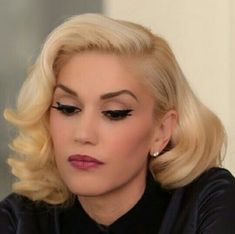Gwen Stefani, beautiful hair and makeup Gwen Stefani Hair, Gwen Stefani Mode, Gwen Stefani And Blake, Gwen Stefani Style, Retro Hairstyles, Wedding Hairstyles, Gwen Stephanie, Pelo Retro, Gwen And Blake