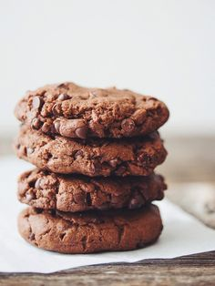 You won't be able to stop yourself from eating the whole batch of these vegan double chocolate cookies! They're chocolatey, chewy, and decadent. Brownie Desserts, Oreo Dessert, Mini Desserts, Coconut Dessert, Vegan Desserts, Dessert Recipes, Vegan Recipes, Sweet Recipes, Chewy Ginger Cookies