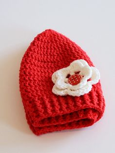 Spring/summer crochet baby hat with flower.