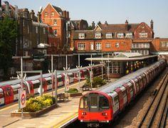 London - West Hampstead Station - Jubilee Line trains @visitlondon #LondonMoments Encontrado:https://www.flickr.com/photos/harshilshah/2771519032/in/album-72157594547087045/