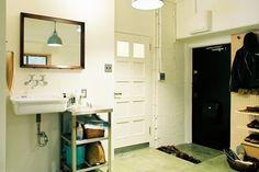 <p>玄関を入ってすぐ洗面!手前のアトリエスペースでの作業時にも使いやすい。</p>