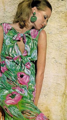 vintage fashion & beauty Veruschka is wearing Ban-lon jersey in bright flowered print by David Crystal, photo by Bert Stern for Vogue, 1965 Sixties Fashion, 60 Fashion, Floral Fashion, Fashion History, Retro Fashion, Fashion Models, Fashion Vintage, Fashion Beauty, Bert Stern