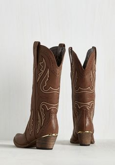 Bring out the West in Me Boot in Loam. When your wild side begs to be indulged, you don these brown boots to satisfy it stylishly. Duck Boots, Cowboy Boots, Everything She Wants, Vintage Boots, Shoe Boots, Shoes, Brown Boots, Modcloth, Retro Vintage