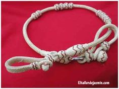Cómo realizar una trenza redonda de 4 cabos, para una pulsera, una trenza para el pelo o un complemento de moda.