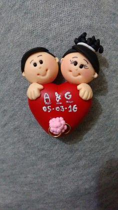 Lembrancinha de casamento - noivos no coração Corner Bookmarks, Polymer Clay Figures, Pasta Flexible, Beautiful Wedding Cakes, Diy Clay, Polymers, Polymer Clay Earrings, Clay Charms, Clay Tutorials