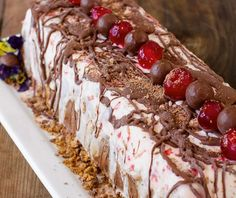 Put a spin on your traditional Christmas menu with this easy to make ice-cream cake from The Classic South Africa Cookbook. Cold Desserts, Desserts For A Crowd, Ice Cream Desserts, Frozen Desserts, No Bake Desserts, Dessert Recipes, Make Ice Cream Cake, Cake With Cream Cheese, Traditional Christmas Menu