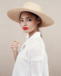 영국 모델은 해변에서 하루 동안 밀짚 모자, 완벽을 스포츠