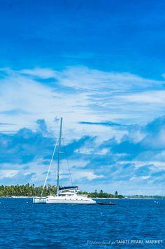 """""""Aroa"""" le voilier de Tahiti Liberty Cruise de Ann Simon et Alexandre De Vos, les skippers de l'équipe de tournage, est au mouillage devant la ferme perlière de Fakarava."""