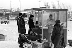 1970 . Ihmisiä makkarakojun ympärillä lumisella Kauppatorilla.
