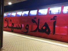 In Dresden fährt auf einer S-Bahn ein etwas anderer Willkommensgruss an die Flüchtlinge aus den arabischen Ländern durch die Gegend. احلاً و سهلاً (ahlan wa sahlan) steht geschrieben was soviel heisst wie Herzlich Willkommen . Ist doch die deutlich tollere Geste als ihnen die Bleibe abzufackeln (via I Love Graffiti) أهلاً وسهلاً: S-Bahn Graffiti mit Herzlich Willkommen auf Arabisch was first seen on Dravens Tales from the