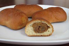 Zo lang als ik me kan herinneren eet mijn Brabantse familie bij feestelijke gelegenheden enorme hoeveelheden worstenbroodjes. Gek genoeg wordt deze specialiteit niet met worst gemaakt, maar met gekruid gehakt. Ik ben al zo lang vegetariër dat ik me niet kan herinneren dat ik ooit wel eens die 'woste