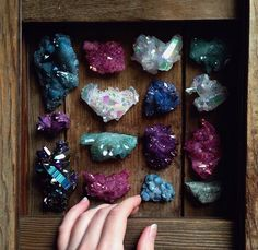 mineraliety:Magical box of aura crystals Sacra Luna let us peek. Crystal Magic, Crystal Grid, Crystal Healing, Minerals And Gemstones, Rocks And Minerals, Art Magique, Crystal Aesthetic, Crystal Decor, Rock Collection