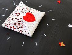 Sobre con blonda para San Valentín | Aprender manualidades es facilisimo.com