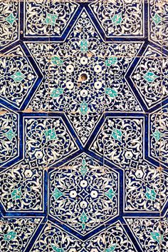 This could inspire Emily to be more open with her work. She is mostly focused on the Islamic patterns and she could expand her work she did with the painting of Amir. Islamic Art Pattern, Arabic Pattern, Pattern Art, Turkish Tiles, Turkish Art, Portuguese Tiles, Moroccan Tiles, Arabesque, Motifs Islamiques