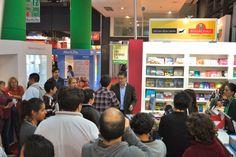 """Takehiro Ohno Chef  firmando ejemplares de su libro """"De Mar a Mar"""" en el stand de V&R Editoras > Feria del Libro 2014"""