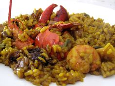 El bogavante aporta a este arroz y marisco un sabor especial. Es un plato para celebraciones especiales con los amigos y familia, la cal... Rice Recipes, Salad Recipes, Cooking Recipes, Healthy Recipes, Couscous, Polenta, Spanish Dishes, Spanish Recipes, Rice Pasta