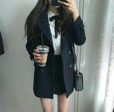 A imagem pode conter: uma ou mais pessoas e pessoas em pé Korean Girl Fashion, Korean Fashion Trends, Korean Street Fashion, Ulzzang Fashion, Asian Fashion, Kpop Fashion Outfits, Korean Outfits, Mode Outfits, Girl Outfits