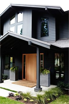 Sleekness in Seattle: Modern Garden Midcentury House Modern yet classic exterior. Love the front door.sketchpadhous for amazing house plans! The post Sleekness in Seattle: Modern Garden Midcentury House appeared first on Garden Easy. Black House Exterior, Exterior House Colors, Modern Exterior, Exterior Paint, Exterior Design, Modern Entry, Modern Decor, Siding Colors, Modern House Exteriors