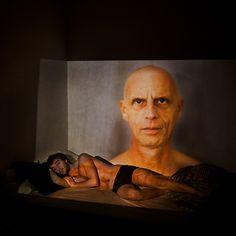 Le long drame de la maladie. C'est ce que le photographe Alexis Vettoretti a documenté dans cette série de portraits de son père. Comme d'autres nombreux photographes qui suivent en images les souffrances de leurs proches, il a choisi, jusqu'à la mort, de le montrer digne, dans des moments d'intimité, à la maison, sur la plage, au repas, et puis, inévitablement, dans son lit d'hôpital.
