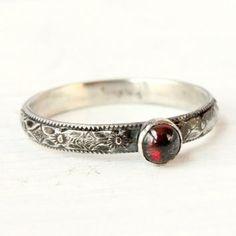 Гранат кольцо, январь Birthstone кольцо, укладывая матери кольцо, стиль винтаж, серебро кольцо, красный драгоценный камень, наращиваемых кольцо, цветочные полосы