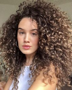 Highlights Curly Hair, Ombre Curly Hair, Colored Curly Hair, Long Curly Hair, Curly Hair Styles, Natural Hair Styles, Curly Hair Routine, Hair Looks, Hair Inspiration