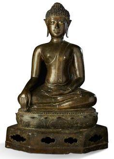 THAILANDE, style de Lan Na, XVIème siècle Bouddha dans la position de la prise de la terre à témoin, assis en méditation sur un scole ajouré en partie basse puis orné de lotus à l'étage supérieur. Bronze… - Aguttes - 26/05/2016