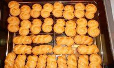 Τι χρειαζόμαστε: 800-900 γρ αλεύρι που φουσκώνει 250 γρ ζάχαρη άχνη (αν μας αρέσουν πιο γλυκά 280) 300 γρ βούτυρο......