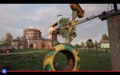Un parco giochi russo e la palestra costruiti coi rottami Tra il diradarsi della nebbia mattutina, oltre i brutali palazzoni d'epoca sovietica e presso quella che sembrerebbe una piccola chiesa ortodossa in corso di restauro, la coppia di uomini parcheggian #giochi #strano #russia #ucraina #sport