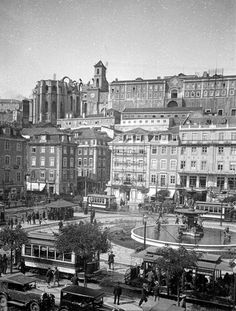 Praça D. Pedro IV, (Rossio), Lisboa, 1930 Old Pictures, Old Photos, Stanley Kubrick Photography, History Of Portugal, Iberian Peninsula, Interesting Buildings, Portugal Travel, Beautiful Places, Spain